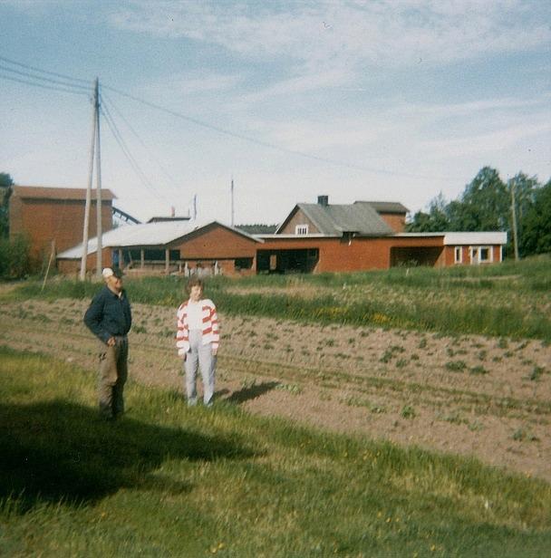 Hår står Voitto Kangas år 1987 tillsammans med sin syster Vuokko, som bor i Nokia.