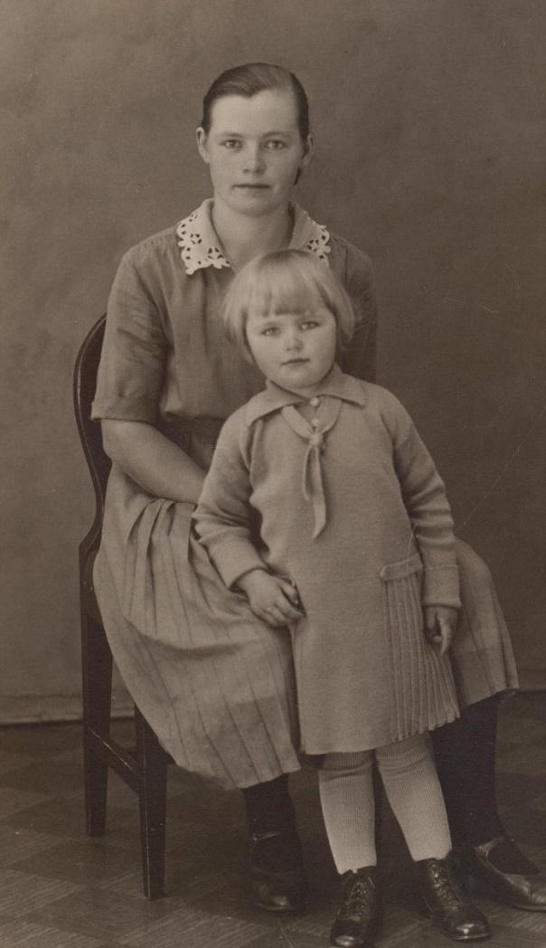 Här Lisbeth och dottern Gurli något år efter att hade flyttat tillbaka till Pjelax. Först på äldre dar gifte Lisbeth om sig med Oskar Linden från Böle. Oskar var bror till Ivar Linden som i långa tider var präst i Lappfjärd.
