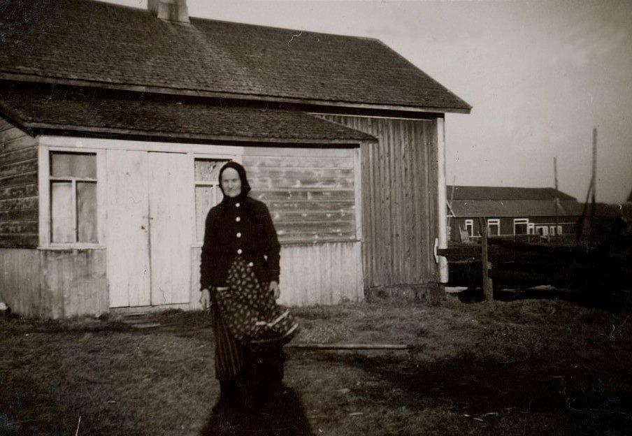 Gunnar, Elisabeth och dottern Gurli hann bo i den här lillstugan i 4 år. Då Gunnar dog flyttade änkan och dottern tillbaka till Pjelax. På bilden står Gunnars mor Maria framför lillstugan som Gunnar och Lisbeth bodde i. Efter att Maria år 1935 sålt Koll-boden åt Erik och Selma Andersson, flyttade hon själv tillbaka till Koll-gården. Till höger syns uthusen där Krook.