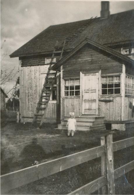 Alfreds gård är närapå identisk med Anselms gård. Här på bilden Alfreds dotter Carita framför huset på Åbackan.