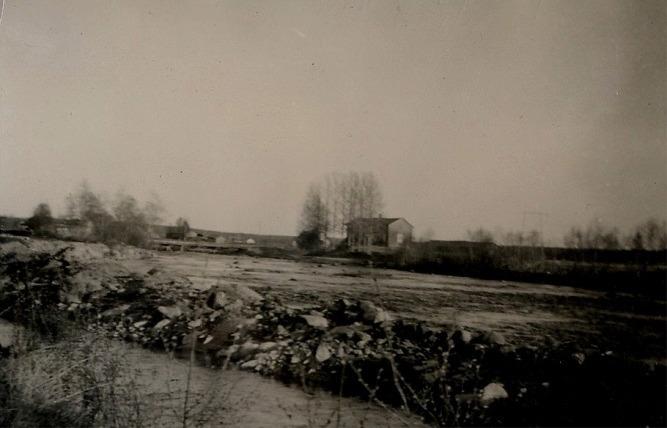På detta foto som är taget från väster då syns både Klemets bro och Halt-Erik Asplunds gård på andra sidan ån.