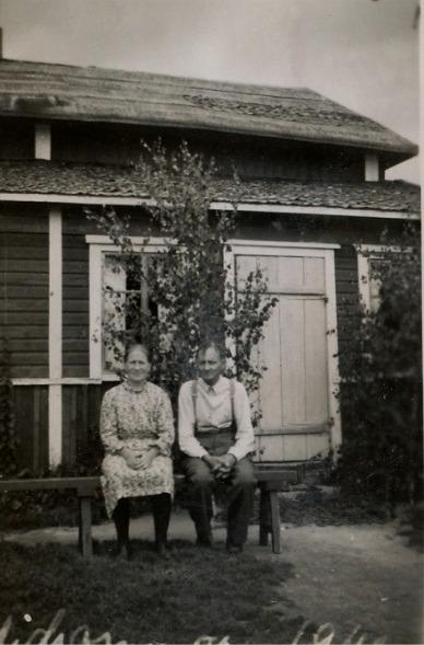 Här sitter Tilda och Väinö Kangas utanför sitt hem någon gång på 1940-talet.