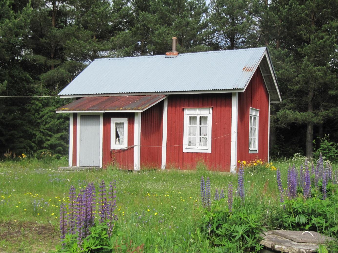 Den här lillstugan stod tidigare bakom Bergåsen nära Kalaxinas och hade tillhört Jot-Oskar. Foto från 2011.