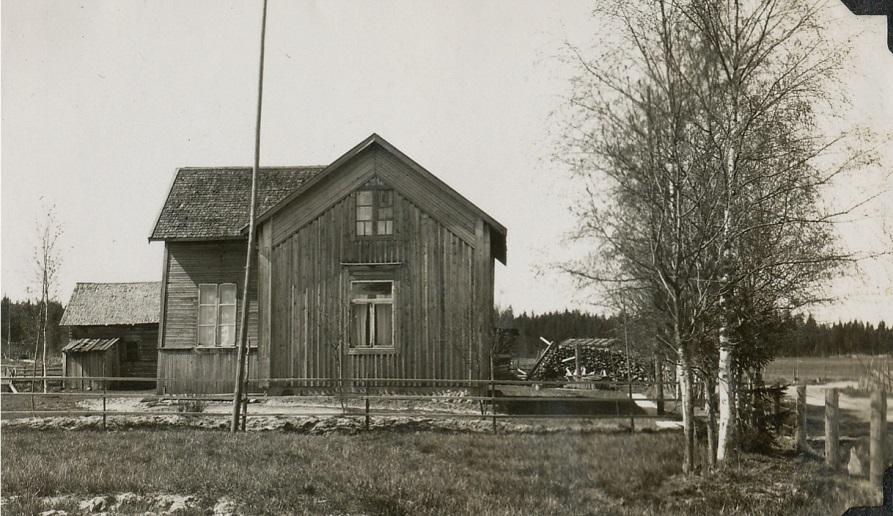 Här gården fotograferad från öster, Sunnantillvägen syns till höger.