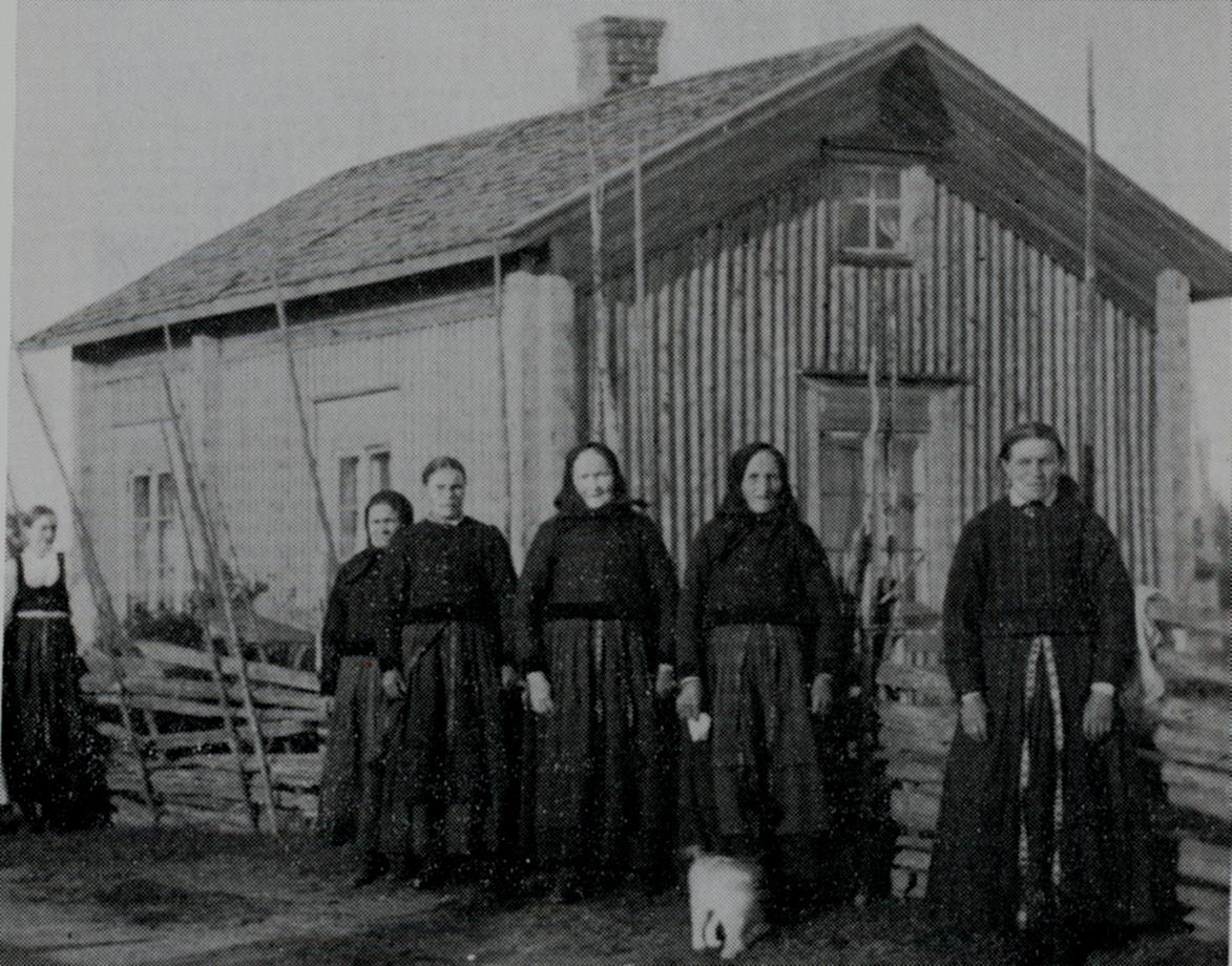 Kvinnor från Dagsmark framför Mokkela-Linas stuga på A-sidon.