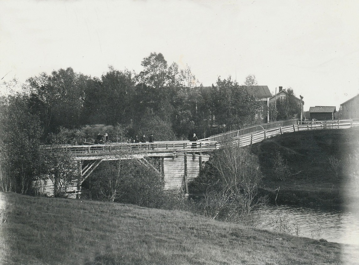 På detta foto från 1910-talet syns den stora huvudbygganden mitt i bild. Foto: Selim Björses från Lappfjärd.