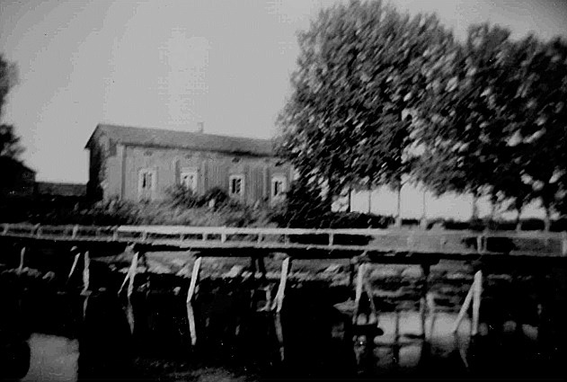 I bondgården bakom Klemets bron bodde syskonen Ida och Erik Asplund.