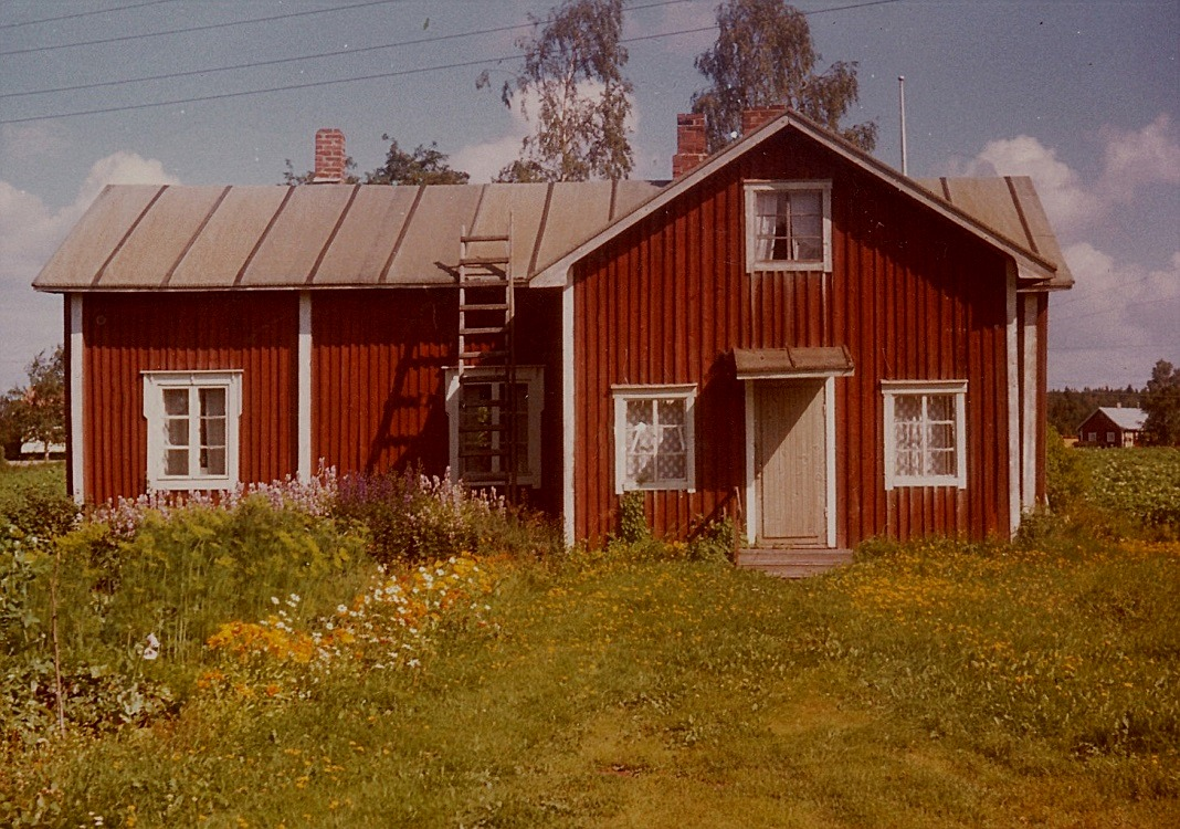 Det här huset är byggt på 1800-talet men har sedan byggts till och renoverats. Det var hit som Tilda och Väinö Kangas flyttade med sin familj år 1938.