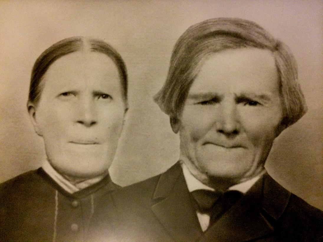 """På bilden """"Koll-Josip"""" Josef Storkull (1842-1916) och """"Koll-Anagret"""" Anna Greta f. Båsk (1844-1936) som bodde på Kårkbackan, nära korsningen till Lillsjö. Fotot taget av sonen Viktor Nylund."""