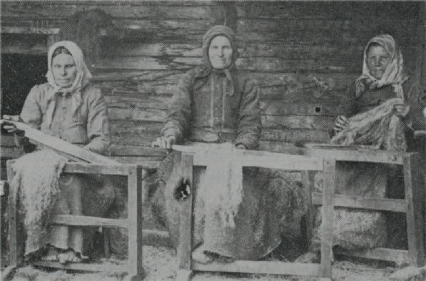 """Linkliftartalko någonstans i Dagsmark, troligtvis hos fotografen Viktor Nylund. Fr.v. """"Mokkela-Tilda"""" Matilda Långfors, """"Mokkela-Lina"""" Karolina Långfors och """"Skaftung-Riika"""" Henrika Häggblom. Tilda bodde sedan i Palon, Lina på A-sidon och Riika också på A-sidon i det hus dit """"Utteras-fleckor"""" sedan flyttade."""