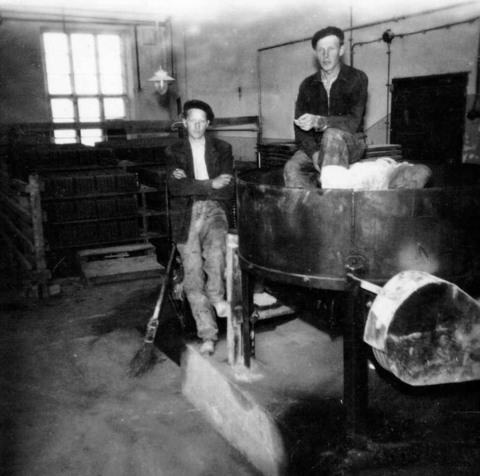 På bilden här ovan stående Yngve Söderqvist och uppe på maskinen Nils Klemets, någon gång på 1950-talet. Produktionen pågick endast sommartid och dagsproduktionen uppgick till ungefär 300 st.