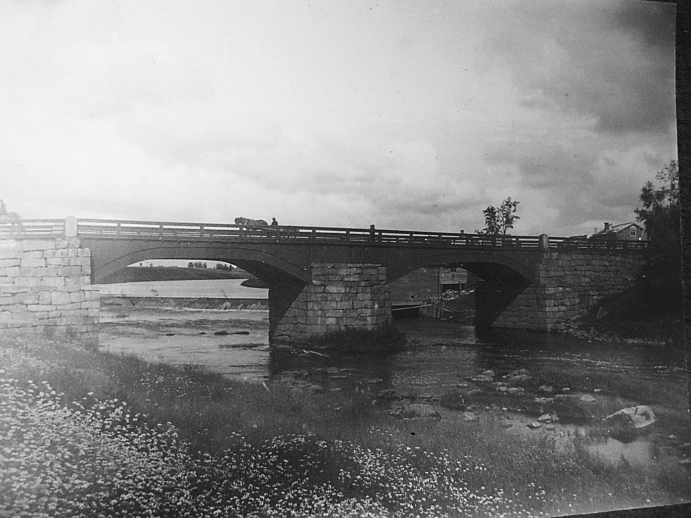 J.J. Wadström som var lärare i Dagsmark under åren 1882 – 1919 har tagit detta foto. De speciella brospannen var av trä och i det högra skymtar kvarnen och i det vänstra syns dammen som ledde vattnet in i kvarnen.