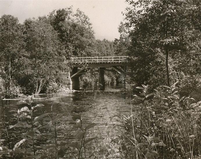 Brolocket förnyades flera gånger och som vi ser på vykortet från slutet av 50-talet så stöds bron med pelare på mitten. Detta gjordes för att bron skulle bära tunga maskiner som användes vid utdikningen av träsket i Korsbäck. De största maskinerna körde dock via Lillsjö och Långängen upp till Korsbäck.