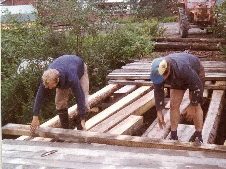 Harry Appel från Korsbäck och Torolf Lindfors från Åbackan radar ut plankor som brolock.