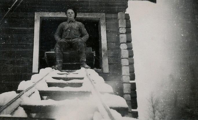 Veli Kangas sitter på vagnen som drog upp säckarna med säd, som skulle malas i kvarnen.