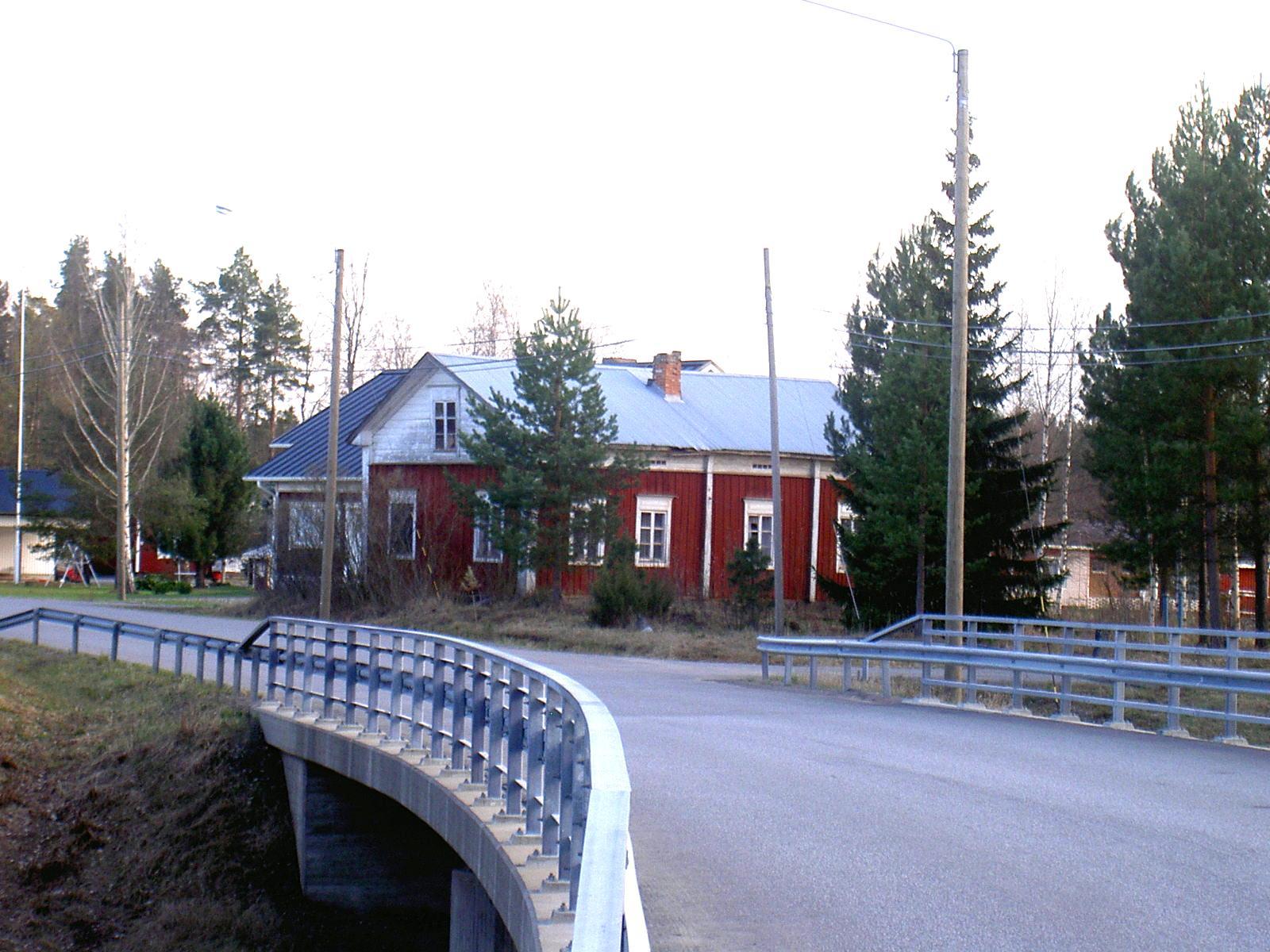 Lillstugan eller Storkull Everts gamla gård är i dag belägen nära Korsbäckvägen och Lillbron som syns i förgrunden. Den här böjda Lillbron byggdes år 1998.