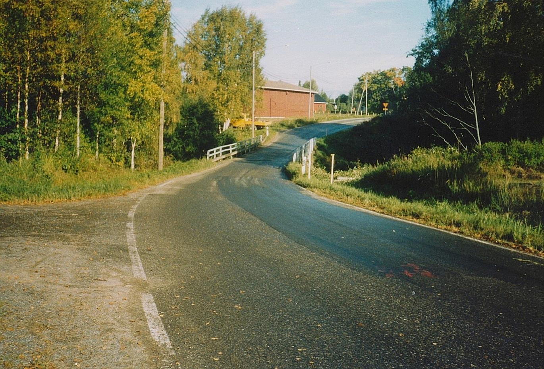 Lillbron fotograferad söderifrån i mitten på 1990-talet, vid tiden då det bestämdes att en ny bro skall byggas.
