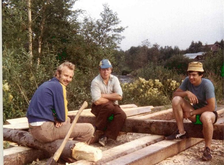 Här sitter Harry Appel som är född i Sideby men gift och bosatt i Korsbäck, Torolf Lindfors från Åbackan och Atle Guss från Klemetsändan sommaren 1981.