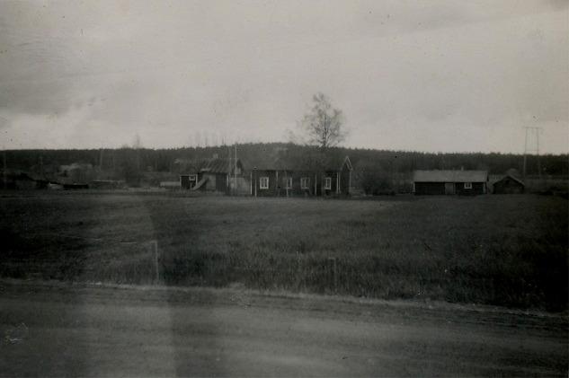 På detta foto som är taget från landsvägen så ser vi gården där familjen Kangas bodde och bakom till vänster syns Klemets kvarn.