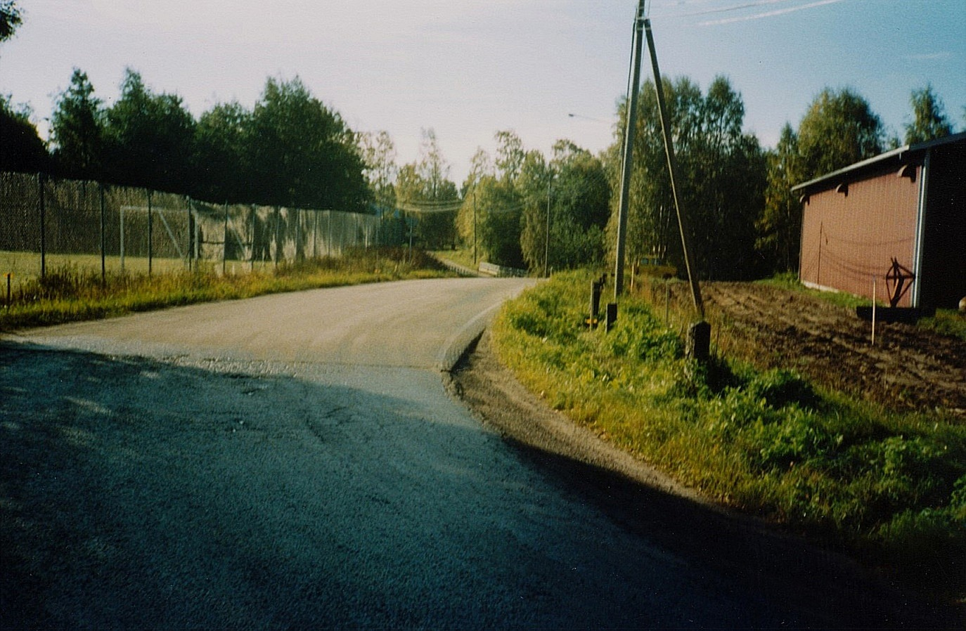 Lillbron fotograferad från Brobackan i mitten på 1990-talet. Sportplanen syns till vänster.