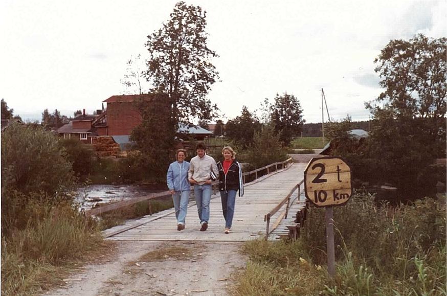Anki och Hans-Erik Norrvik tillsammans med en Magg provgår bron och den ser ut att hålla bra. Kolla den handgjorda skylten! I bakgrunden Klemets såg som ägdes av Veli och Voitto Kangas.