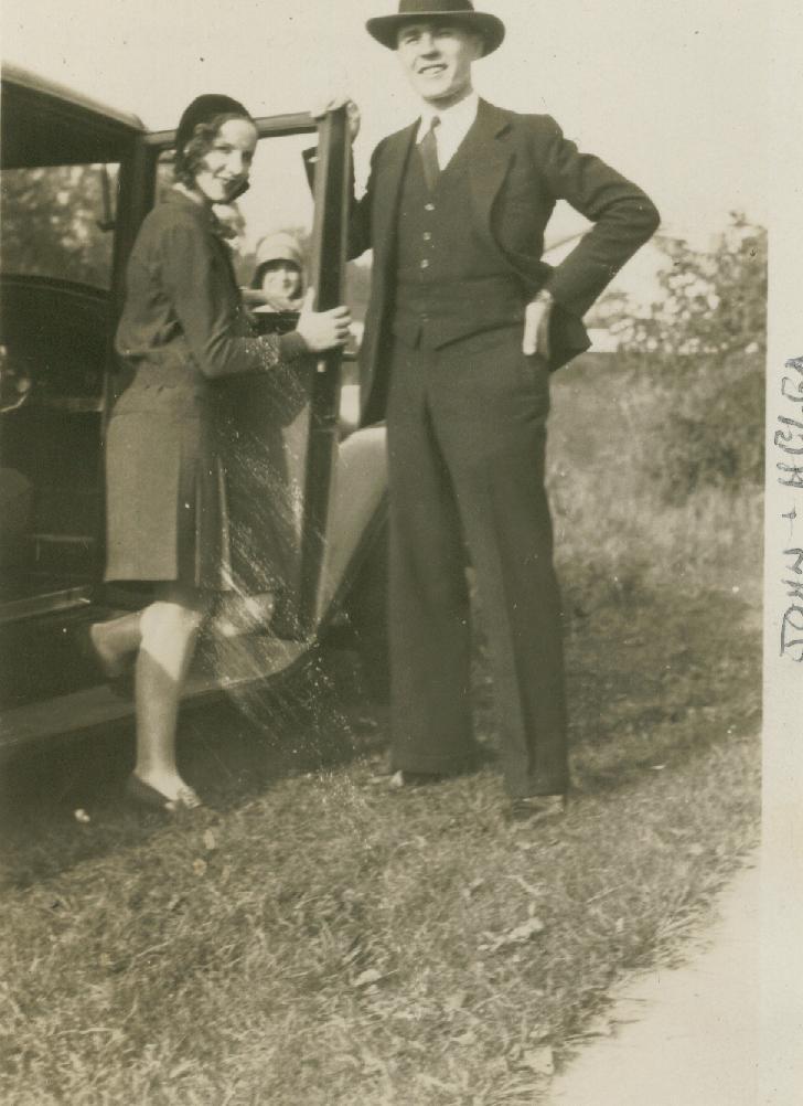 På fotot från 1930 så står John Lind tillsammans med sin hustru Helga, som var hemma från Norge.