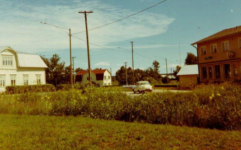 Till vänster Nelsons affär och Andelshandelns filial till höger. I bakgrunden Anderssons gård och mitt i bild Åke Backlunds Wartburg.