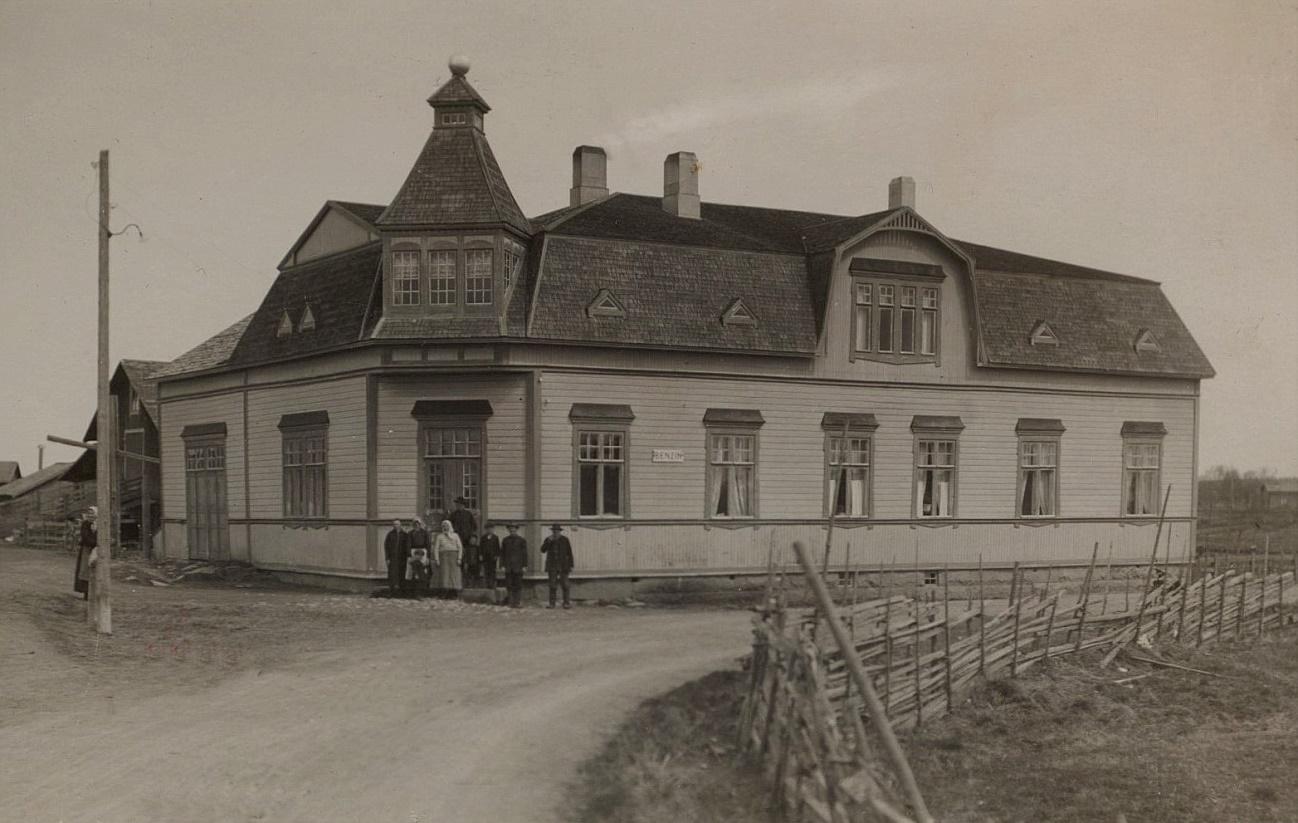 Så här såg Koll-boden ut år 1928. Detta affärshus byggde J.H. Storkull år 1916. Möjligtvis hade han hjälp av sina bröder, arkitekten och byggmästaren Emil Storkull och byggaren och sågägaren Viktor Nylund.