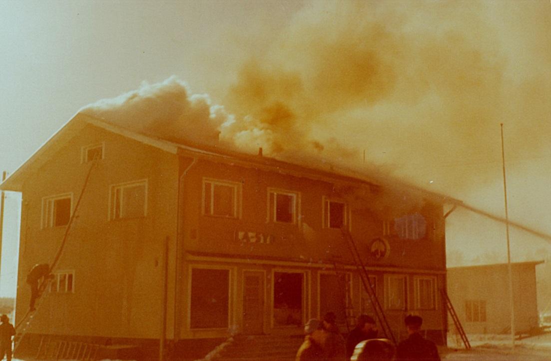 Branden fick sin början i den södra delen av byggnaden och snart spred sig elden i hela huset.
