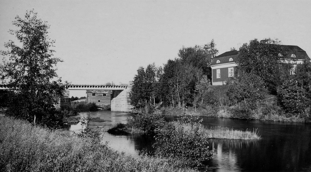 På bilden här ovan ser Storbron liten ut i jämförelse med Westerbackas ståtliga hus till höger, som byggdes år 1922.