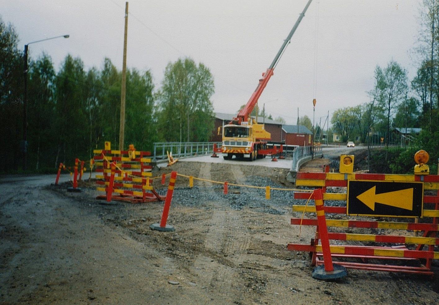 Precis som nya Storbron är den nya Lillbron böjd och med en svag lutning. På bilden håller byggarna på och river byggformarna. Räckena är klara och nu fattas bara beläggningen och så kan den nya bron öppnas för trafik.