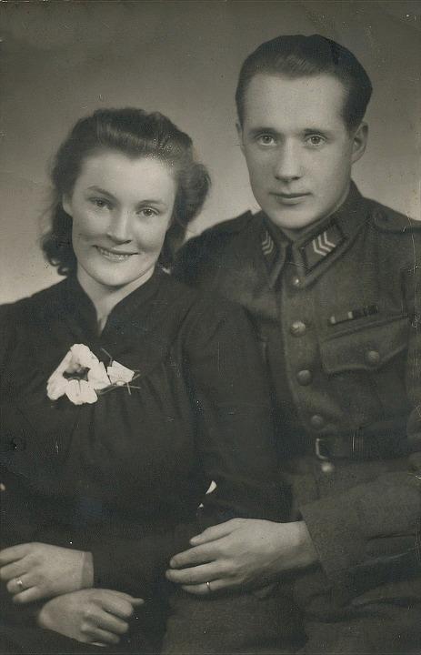 År 1943 gifte sig Voitto Kangas med Elsebeth Lillsjö f. 1921, dotter till Frans Axelsson Lillsjö f. 1896 och Amanda f. Lillkull år 1899.