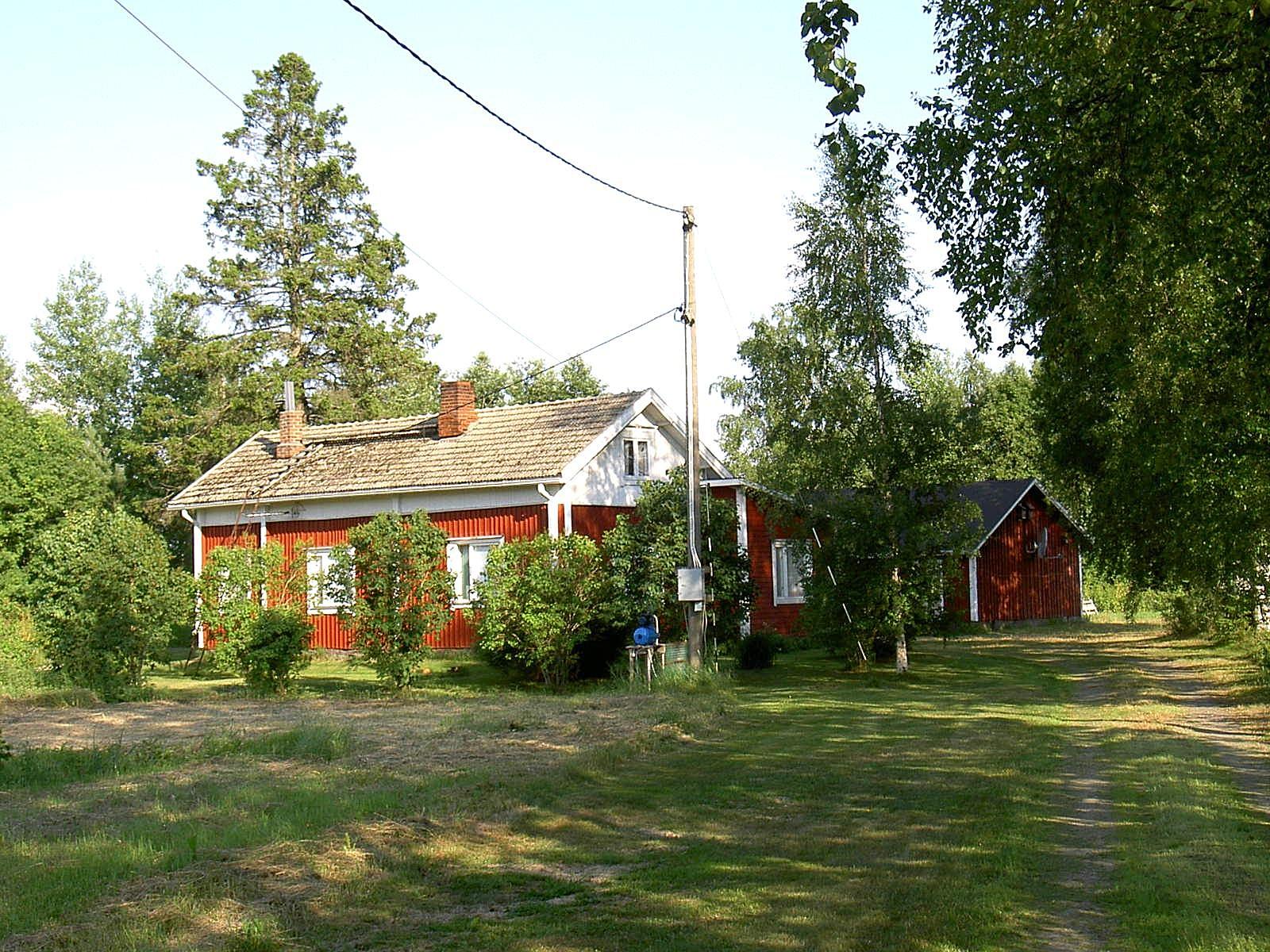 Här Ahlbergs gamla gård fotograferad en vacker dag år 2003.