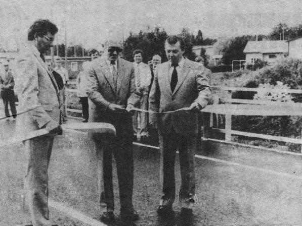 Onsdagen den 22 augusti 1984 var det så dags att inviga den nya bron. Till vänster står stadsdirektör Kaj Nyström, i mitten distriksingenjören Sven Cederberg från Vasa och till höger står stadsstyrelsens ordförande Hans Ingvesgård.