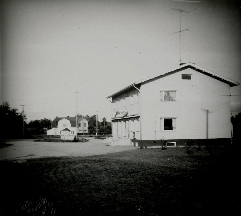 Här Sparbankshuset fotograferat från landsvägen.