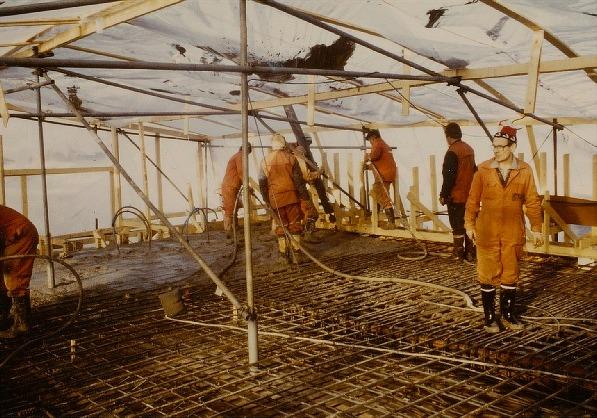 I slutet på februari 1984 var det så dags att påbörja gjutningsarbetet. Eftersom det var full vinter just då så blev man tvungna att bygga ett plasttält runt hela bron och sedan skulle hela bygget värmas upp med värmeblåsare och infraröda strålningsvärmare. Byggmästaren Jaakko Harjula omtalade att det under gjutningsskedet var 23 arbetare i jobb.