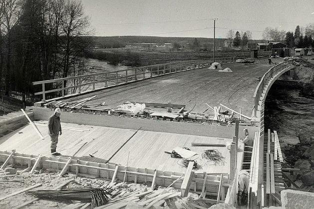 Sommaren 1984 var själva bron klar och då byggdes anslutningarna i båda ändarna. Efter det var det bara asfalteringsarbetena kvar och i mitten på augusti kunde de första bilarna köra över. Den första att köra över var Esko Hernesharju från Vanhakylä, det skedde fredagen den 17 augusti.