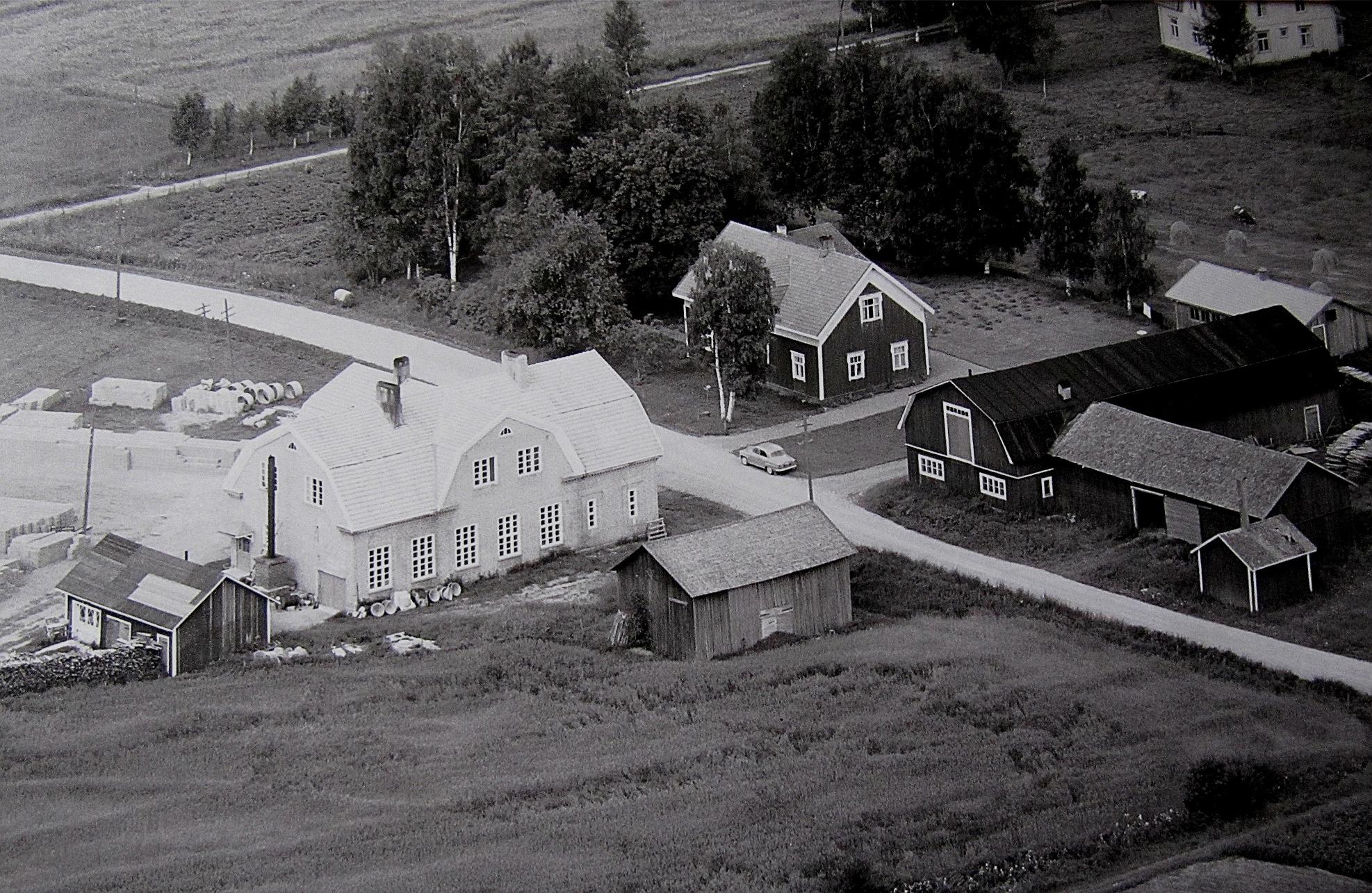 På flygfotot från år 1961 så ser vi att det är tillverkning av tellblock som gäller på det nedlagda mejeriet. Långfors gård med uthus syns till höger.