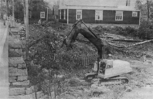 När reservbron var på plats kunde grävmaskinerna börja arbeta med att riva brofästet på den södra sidan och göra grundarbetet för den nya. Själv bron står på 4 betongpelare som i sin tur står på en stabil betongplatta. Några pålningsarbeten behövde ej göras utan bron står så att säga på stadig grund. Järnbalkarna från den gamla Storbron användes som stödbalkar under nybygget.