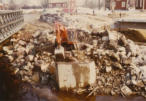 Här håller en grävmaskin på och gräver bort vattendelaren eller isklyvaren som den också kallades.