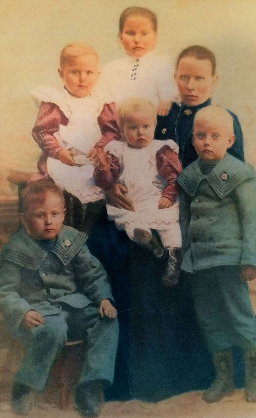 Detta foto av familjen Kaskimäki är taget ett par år efter att Johan Viktor emigrerat till Amerika. Nere t.v sitter Oskar medan Frans står till höger. Längst bak står Hulda medan Helmi sitter till vänster. I Hildas famn sitter lillflickan Hilma. De yngre barnen har inget minne av någon far, yngsta dottern föddes ju samma år som fadern emigrerade.