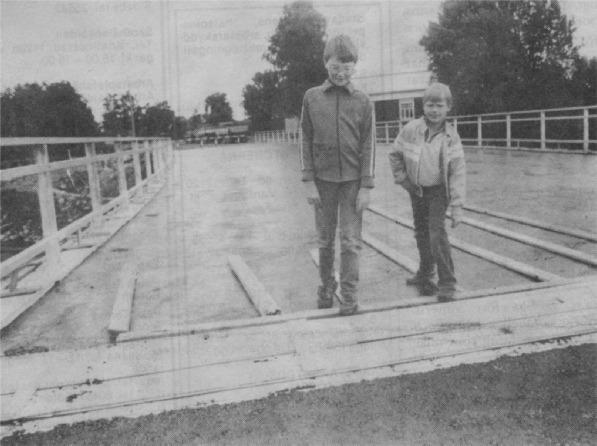 Här är det Kim Mannila och Kent Ålgars som har vågat gå över den nästan färdiga bron i augusti. Lite osäkra verkar de vara om bron skall hålla för båda två.