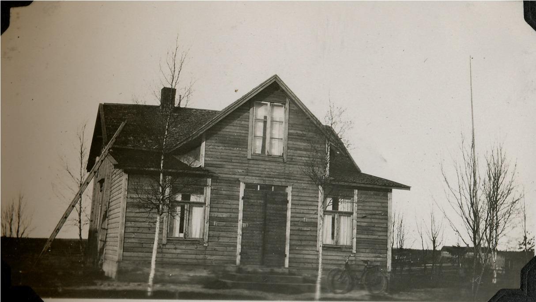 Kionas-Minas gård fotograferad från söder. Huset som från början var litet byggdes sedan i med en stor farstukvist med rum på vardera sidan.