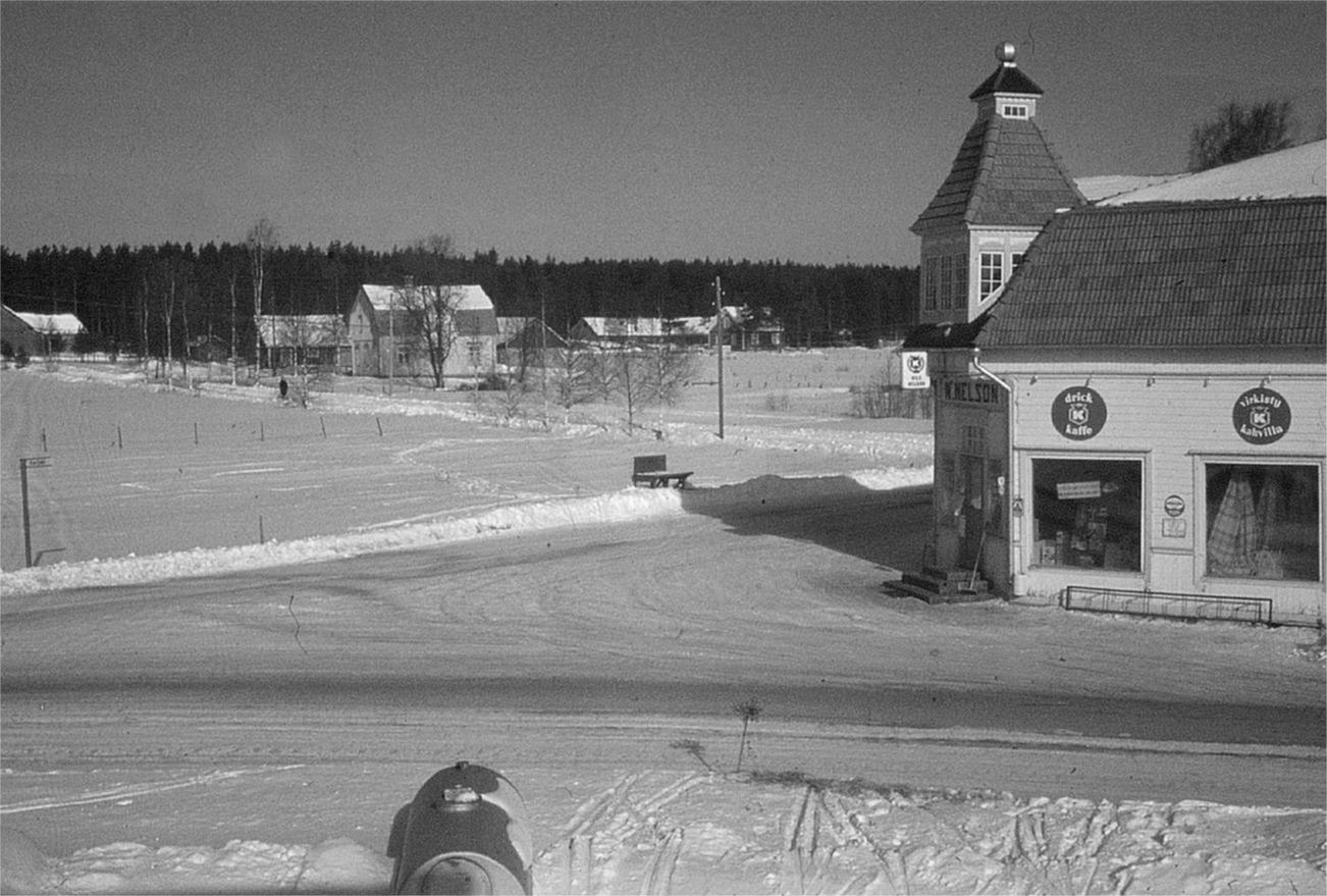 På Ralf Nyholms foto Koll-gården mitt i bild, i skogsbrynet Koll-Anselmas gård och till höger Koll-boden, som då innehades av N.Nelson.