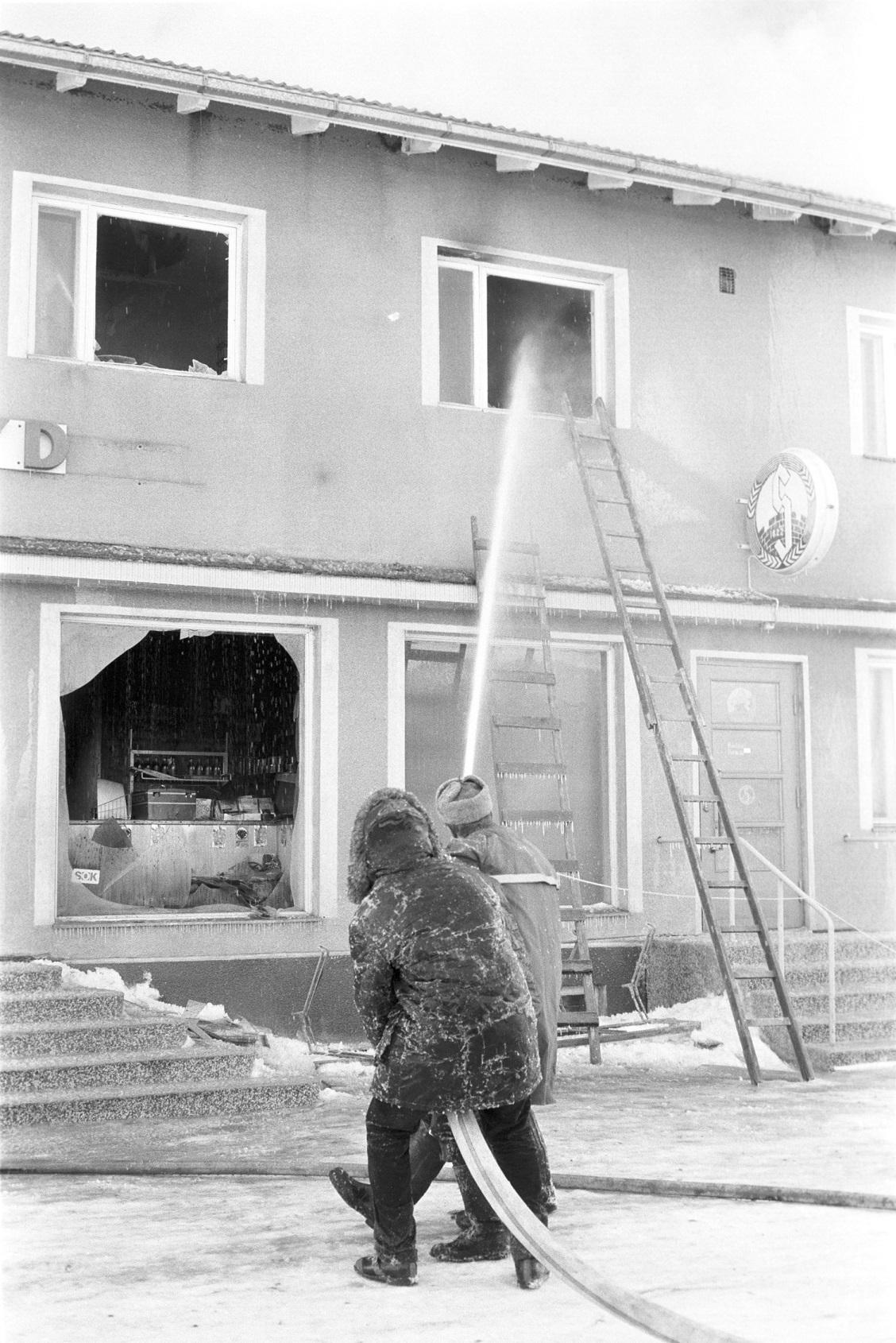 Brandsoldaterna från Lappfjärd sprutar vatten in i den lägenhet där Anna och Birger Sonntag bodde.