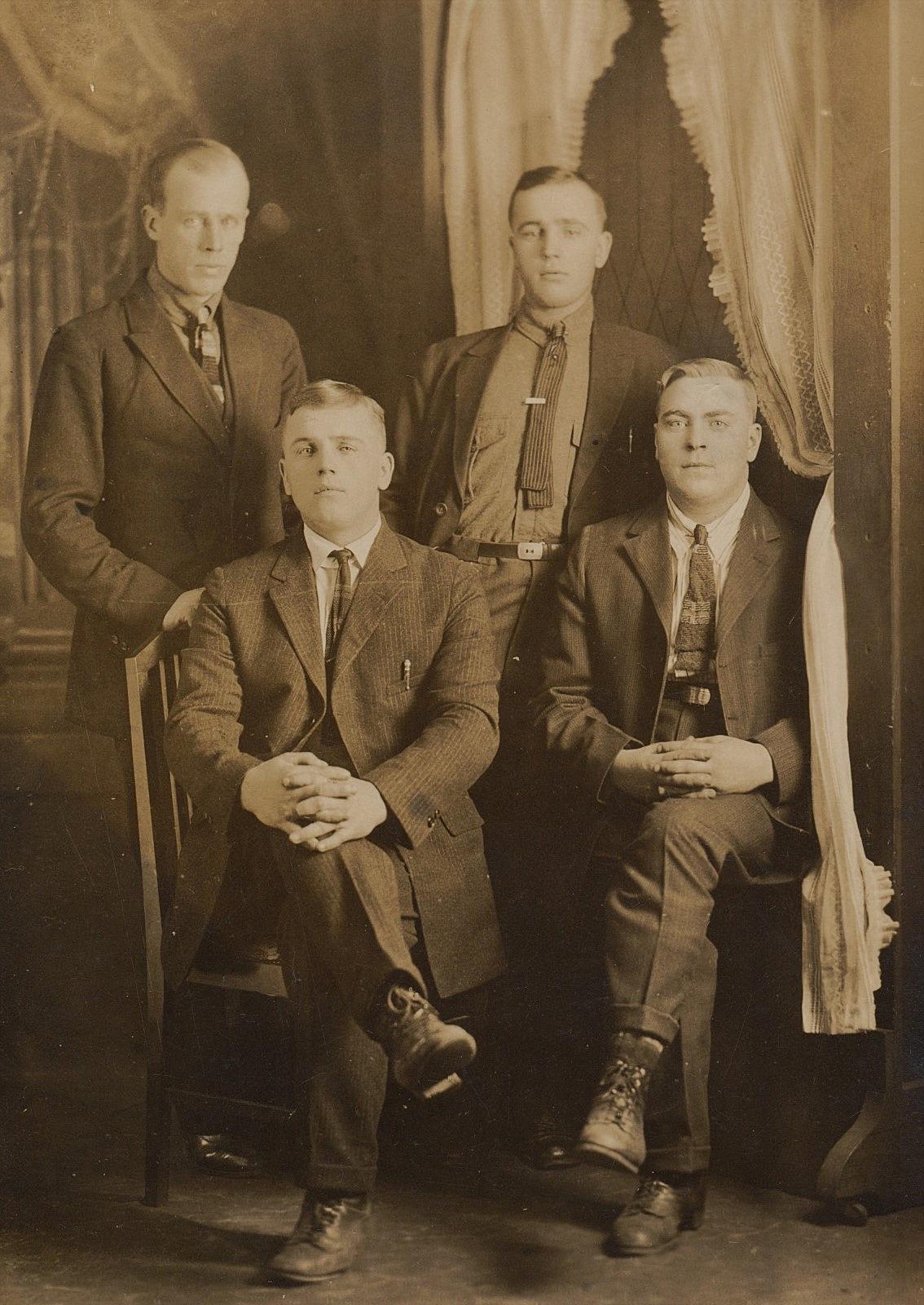 Nere till vänster sitter Evert Storkull och upp till höger står hans bror Emil Storkull. De två andra är fortfarande okända.