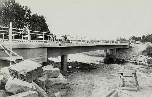 Brobygget fotograferat från den södra sidan av ån.