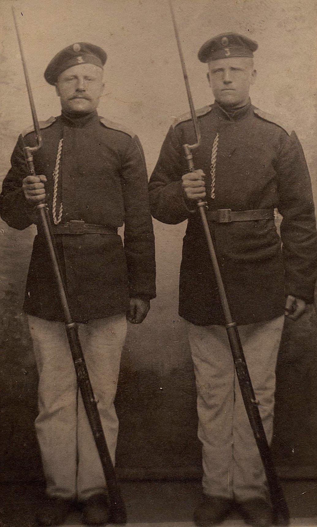 I slutet av 1800-talet var grannarna Nyroos Viktor t.v. och Storkull Josef Henrik i 3 års tid i den ryska militären.