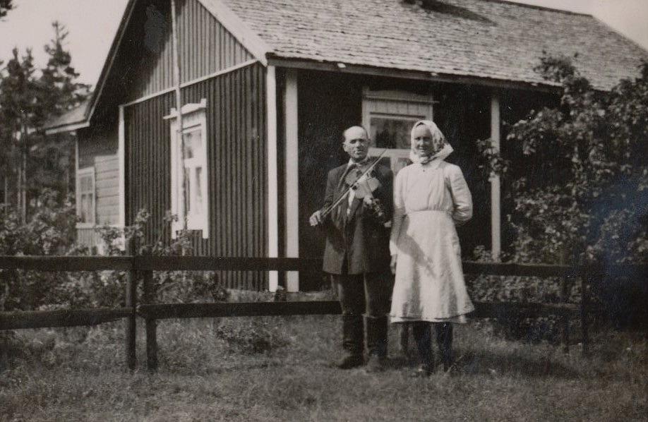 Här på bilden står Lennart Sjöberg tillsammans med sin andra hustru Ida, som var från Holmbergas i Korsbäck. Ida var sjuklig och led av reumatism, men var känd som en mycket snäll tant, som helst satt där inne och eldade i spisen.