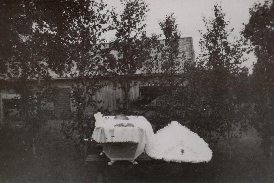 Här ser vi hur Egil Storkull ligger i sin kista där hemma på gården.